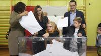 Le Premier ministre polonais Mateusz Morawiecki et sa famille votent aux législatives à Varsovie, le 13 octobre 2019 [Jaap Arriens / AFP]