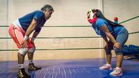 La lutteuse Princesa Legna (d) lors d'une séance d'entraînement à Ciudad Nezahualcóyotl, le 7 décembre 2017  au Mexique [Omar TORRES / AFP/Archives]