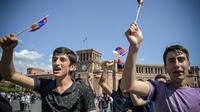 Manifestants agitant des drapeaux arméniens le 2 mai 2018 à Erevan [KAREN MINASYAN / AFP]