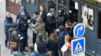 Alexandre Benalla, ancien collaborateur d'Emmanuel Macron, (capuche grise) lors d'une manifestation, le 1er mai 2018 à Paris [Naguib-Michel SIDHOM / AFP]