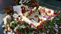 Des fleurs et des bougies déposées sur l'étoile de Charles Aznavour à Hollywood le 1er octobre à Los Angeles [CHRIS DELMAS / AFP]
