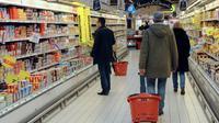 """La revue 60 millions de consommateurs s'attaque dans un hors-série paru jeudi à l'industrie agroalimentaire en dénonçant """"les aliments qui empoisonnent"""", et en apprenant au consommateur à débusquer, marque par marque, sucres, sels, graisses, additifs, nitrites et pesticides cachés [FRED TANNEAU / AFP/Archives]"""