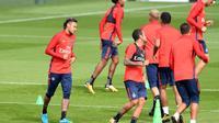 L'attaquant brésilien du PSG Neymar (g) lors d'un entraînement au Camp des Loges, le 11 août 2017 à Saint-Germain-en-Laye [ALAIN JOCARD / AFP]