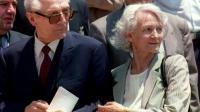 Erich Honecker, ancien dirigeant de la République démocratique allemande (g), et sa femme Margot, à Santiago au Chili le 13 janvier 1993 [CRIS BOURONCLE / AFP/Archives]