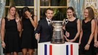 (g-d) Pauline Parmentier, Caroline Garcia, Alizé Cornet et Fiona Ferro avec le président Emmanuel Macron lors d'une réception à l'Elysée pour la victoire de l'équipe de France en Fed Cup dimanche en Australie, le 12 novembre 2019 à Paris [ludovic MARIN / AFP]
