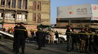Des membres des forces de sécurité irakiennes installent un périmètre de sécurité après un double attentat suicide dans le centre de Bagdad, le 15 janvier 2018 [SABAH ARAR / AFP]