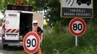 Remplacement des panneaux limitant la vitesse à 90 km/heure par ceux à 80, RN à Grenade, le 28 juin 2018 [PASCAL PAVANI / AFP/Archives]