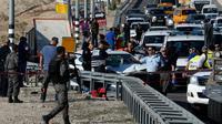 Des forces de sécurité israéliennes près de Kfar Adoumim, où un Palestinien a percuté avec sa voiture des soldats israéliens postés à une station de bus, le 27 novembre 2015 en Cisjordanie [AHMAD GHARABLI / AFP]