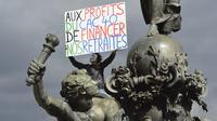 Un manifestant juché sur la statue place de la République participe à un rassemblement pour défendre les retraites, le 10 septembre 2013 à Paris [Eric Feferberg / AFP/Archives]