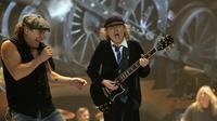 Brian Johnson et Angus Young, du groupe australien AC/DC, lors d'un concert à Budapest en 2009 [Istvan Index Huszti / AFP/Archives]