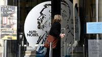 Une femme entre au Musée Alfred Nobel, situé dans l'immeuble de l'Académie suédoise, à Stockholm le 5 octobre 2017 [Jonathan NACKSTRAND / AFP/Archives]