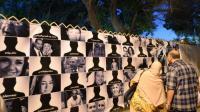 Des Egyptiens regardent le 26 mai 2016, au Caire, les portraits des 66 victimes du vol MS804 d'Egyptair qui s'est abîmé le 19 mai, entre la Crète et la côte nord de l'Égypte [KHALED DESOUKI, KHALED DESOUKI / AFP/Archives]