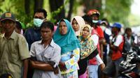 Des habitants de la zone touchée par le séisme et le tsunami font la queue pour recevoir une aide, le 4 octobre 2018 à Palu, en Indonésie [JEWEL SAMAD / AFP]