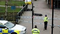 La police britannique monte la garde devant le lieu où l'ex-espion russe Sergueï Skripal et sa fille Ioulia ont été découverts empoisonnés à Salisbury, en Angleterre, en mars 2018 [Adrian DENNIS / AFP/Archives]