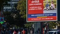 """Une affiche appelant à """"défendre les enfants de Roumanie"""" et à voter """"oui"""" au référendum sur l'interdiction du mariage gay, le 2 octobre 2018 dans une rue de Bucarest [Daniel MIHAILESCU / AFP]"""