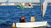 Tom Goron, 12 ans, à son arrivée à Cherbourg-Octeville après avoir battu le 27 juin 2018 le record de la traversée de la Manche en solitaire en Optimist [CHARLY TRIBALLEAU / AFP]