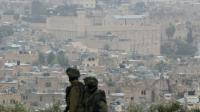 Des gardes israéliens surveillent la ville d'Hébron, en Cisjordanie, le 7 novembre 2015 [HAZEM BADER / AFP]