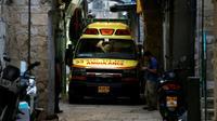Une ambulance entre dans la Vieille ville de Jérusalem après qu'un Palestinien a poignardé un agent de sécurité israélien avant d'être abattu, le 18 mars 2018 [Ahmad GHARABLI / AFP]