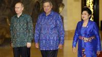 Le président russe Vladimir Poutine, son homologue indonésien Susilo Bambang Yudhoyono et la femme de celui-ci, le 7 octobre 2013 au sommet de l'Apec, à Nusa Dua en Indonésie  [Dita Alangkara / Pool/AFP]