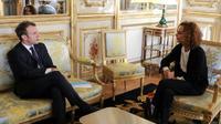 """Emmanuel Macron et Leila Slimani, sa """"représentante personnelle pour la Francophonie"""", le 6 novembre 2017 à Paris [LUDOVIC MARIN / POOL/AFP/Archives]"""