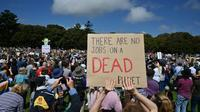 """""""Il n'y a pas d'emplois sur une planète morte"""", affiche une pancarte brandie lors d'une manifestation pour le climat, le 20 septembre 2019 à Sydney [PETER PARKS / AFP]"""