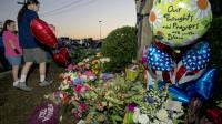Des bouquets déposés le 26 août 2015 par des anonymes sous un arbre orné de deux rubans de deuil en hommage aux deux journalistes assassinés à Roanoke en Virginie [PAUL J. RICHARDS / AFP]
