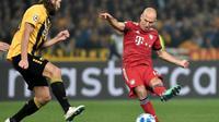 L'attaquant du Bayern Munich Arjen Robben frappe au but devant le défenseur ukrainien de l'AEK Dmytro Chygrynskiy, en Ligue des champions, le 23 octobre 2018 à Athènes [LOUISA GOULIAMAKI  / AFP]