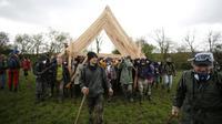 Les zadistes de Notre-Dame-des-Landes transportent une charpente, le 15 avril 2018, pour reconstruire un des squats détruits par les forces de l'ordre. [CHARLY TRIBALLEAU / AFP]