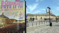 """Le 24 juin 2014 à Bordeaux, une affiche de la 9e édition du festival international """"Bordeaux fête le vin""""  [Mehdi Fedouach / AFP/Archives]"""