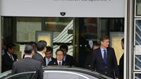 Le ministre japonais de l'Economie Hiroshige Seko (c) quitte le siège de la Commission européenne, le 10 mars 208 à Bruxelles [Aris Oikonomou / AFP]