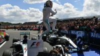 Le Britannique Lewis Hamilton saute de sa Mercedes après sa victoire au GP de Grande-Bretagne sur le circuit de Silverstone, le 10 juillet 2016 [ANDREJ ISAKOVIC / AFP]