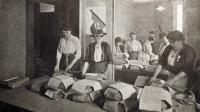 Des femmes emballent du pain pour les troupes au front pendant la guerre de 14-18 [ / Historial de Péronne/AFP/Archives]
