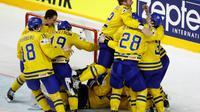 L'équipe de Suède se congratule après après avoir remporté le Championnat du monde de hockey sur glace aux tirs au but face au Canada, le 21 mai 2017 à Cologne [Odd ANDERSEN / AFP]
