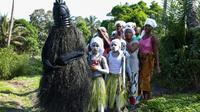 Procession de membres de la société secrète Bondo, dans le village de Songo en Sierra Leone, le 2 décembre 2019 [LYNN ROSSI / AFP]