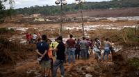 Des habitants contemplent l'étendue du désastre au lendemain de la rupture d'un barrage minier ayant fait au moins 37 morts et 300 disparus dans l'est du Brésil, le 26 janvier 2019. [Douglas Magno / AFP]