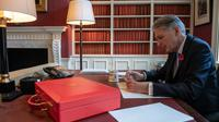 Le Chancellor of the Exchequer britannique Philip Hammond dans son bureau de Downing Street, avant l'annonce de son budget, le 28 octobre 2018, à Londres [Chris J Ratcliffe / POOL/Getty Images]