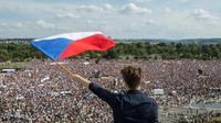 Une foule de manifestants rassemblés à Prague le 23 juin 2019 pour réclamer la démission du Premier ministre Andrej Babis [Michal Cizek / AFP]