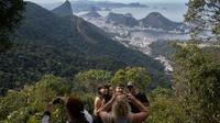 Des touristes sur un chemin de randonnée qui fera partie du futur sentier de 8.000 à travers le Brésil, le 21 juillet 2019 à Rio de Janeiro [Ian CHEIBUB / AFP]