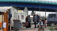 Des éducateurs du Samu social de Lille discutent avec des Roms vivant dans un campement de fortune, le 16 décembre 2009 près de Lille [Philippe Huguen / AFP/Archives]