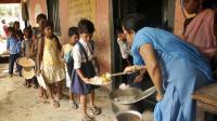 Des enfants reçoivent un repas gratuit, le 18 juillet 2013 dans une école de Patna, dans l'état du Bihar [- / AFP]