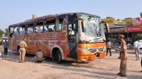 Des policiers indiens inspectent le bus accidenté qui transportait des touristes français en Inde, le 14 octobre 2013 [ / AFP]