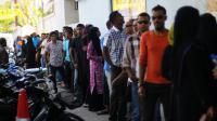 Des électeurs attendent de voter le 16 novembre 2013 à Malé, aux Maldives, pour le second tour de la présidentielle [Adam Sireii / AFP]