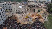 Photo du 25 avril 2013 montrant les équipes de sauveteurs après l'effondrement de l'immeuble d'ateliers textiles du Rana Plaza à Dacca [Munir Uz Zaman / AFP/Archives]