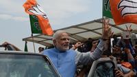 Narendra Modi fait le signe de la victoire à son arrivée à l'aéroport Indira Ghandi à New Delhi le 17 mai 2014  [Prakash Singh / AFP]