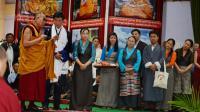 Le Dalaï Lama (g) accompagne le Premier ministre tibétain en exil Lobsang Sangay (c) lors d'une conférence de presse au siège du gouvernement tibétain en Inde, à Dharamshala, le 5 juin 2014 [Lobsang Wangyal / AFP]