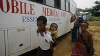 Des villageois indiens potentiellement affectés par le paludisme se font contrôler dans un centre de santé mobile à Dalapati (170km de Agartala) dans l'Etat de Tripura, le 13 juin 2014 [Arindam Dey / AFP/Archives]