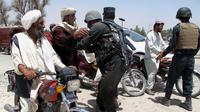 Des policiers afghans à un checkpoint dans la province du Helmand le 25 juin 2014  [Abdul Malik / AFP]