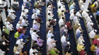 Des musulmans prient le 28 juin 2014 à Singapour à l'occasion du premier jour du ramadan [Mohd Fyrol / AFP]