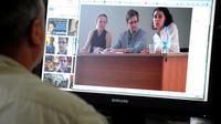Un homme regarde une photo de l'ex-consultant du renseignement américain Edward Snowden (c) pendant sa rencontre avec des défenseurs des droits de l'homme, le 12 juillet 2013 à Moscou [- / STR/AFP]
