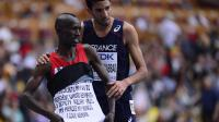 Le Français Mahiedine Mekhissi (d), 3e, donne l'accolade au Kényan Ezekiel Kemboi après l'arrivée de la finale du 3000 m steeple des Mondiaux le 15 août 2013    [OLIVIER MORIN / AFP Photo]